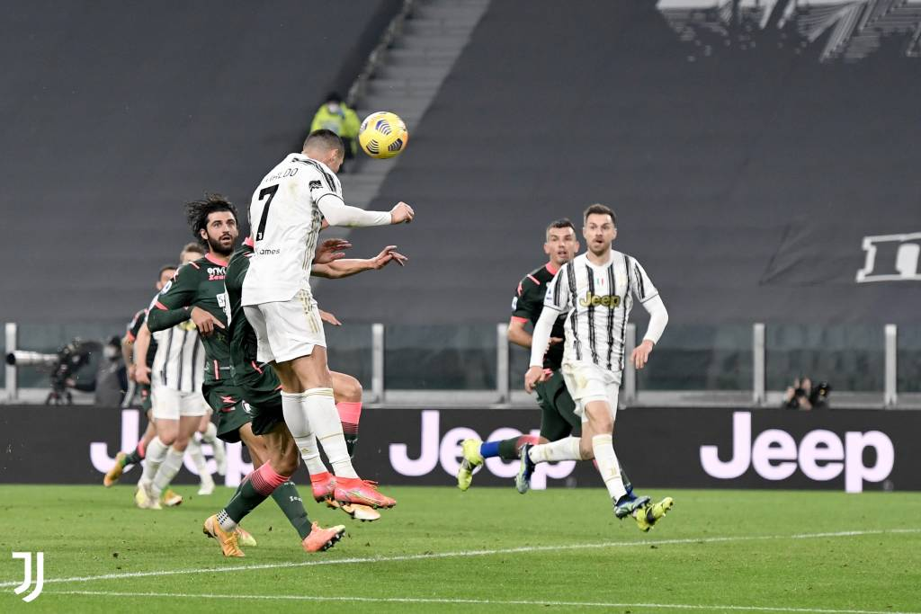 Crístiano Ronaldo salto dobelete gol de cabeza Juventus