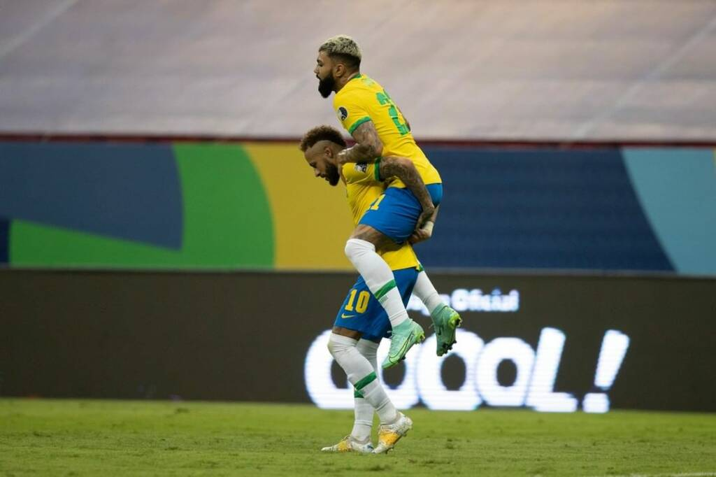 Neymar y Gabriel Barbosa celebran un gol frente a Venezuela