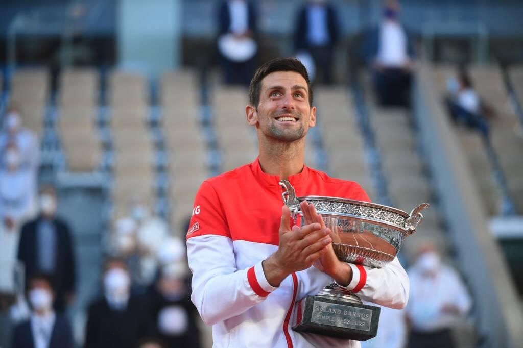 Novak Djokovic con el trofeo del Roland Garros 2021