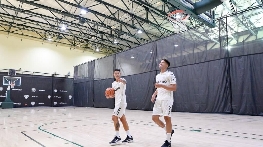 James Rodríguez demuestra su habilidad para jugar basquetbol